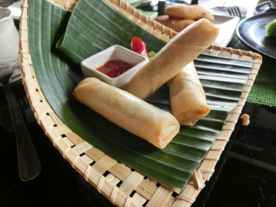 Tegalalang, Indonesië: 春巻きと奥にバナナの天ぷら