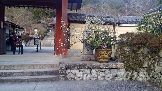 Kawachinagano, ญี่ปุ่น: 観心寺・・門前の大きな生け花が素敵です。
