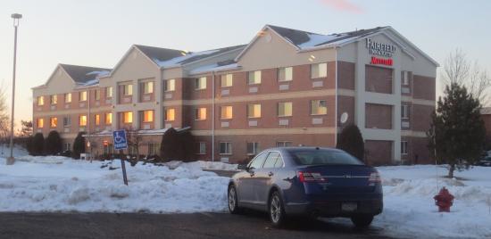 Burnsville, Миннесота: View of hotel from nearby restaurant.
