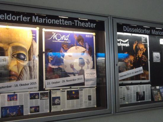 Duesseldorfer Marionettentheater: 入口への通路には、演目の案内が掲示されている
