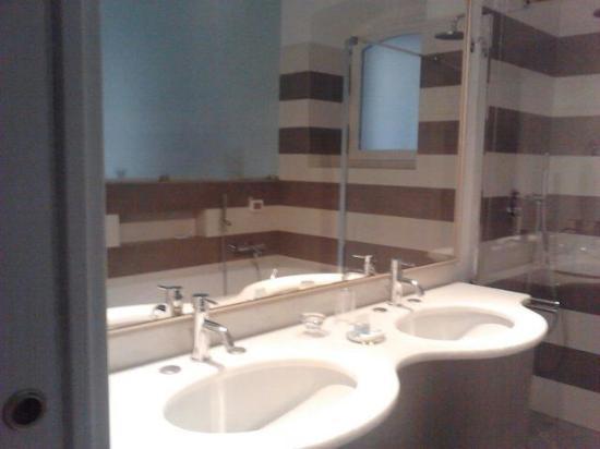 bagno con lavandino doppio molto utile - Foto di Villa Maddalena ...