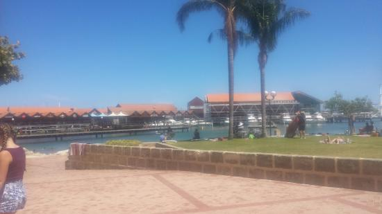 Hillarys, Australia: Looking over the harbour and restaurants on the main jetty.