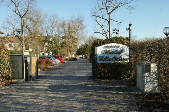 Quarto D'Altino, Italia: entrée parking hôtel