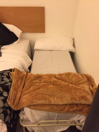 Amman Airport Hotel: This was the extra bed - not worth the 32JD that's for sure - worst extra bed I've ever seen.
