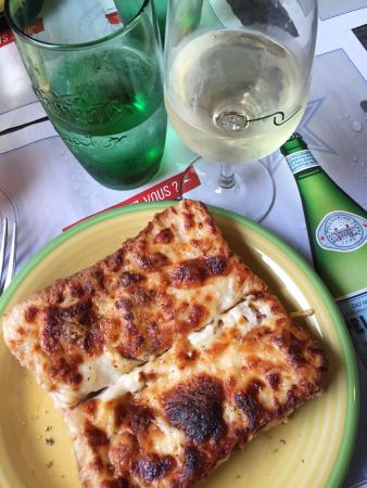 Шабли, Франция: Between cellar tours and tastings, stop for a simple lunch of croque monsieur and a glass of 1er