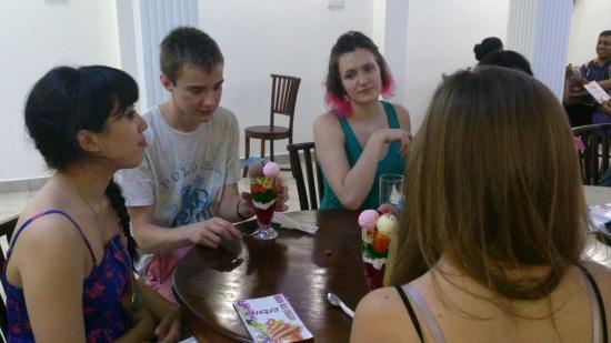 Ambalangoda, Sri Lanka: Tourists from England enjoying Hiro Ice Cream