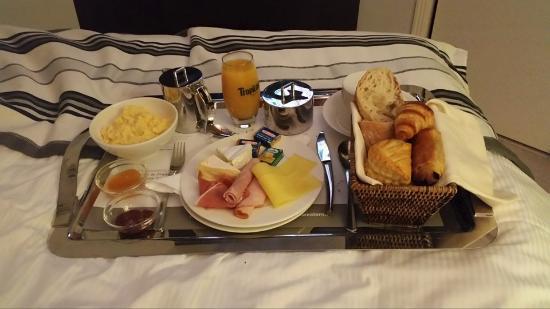 Soissons, France : Petit déjeuné en chambre.