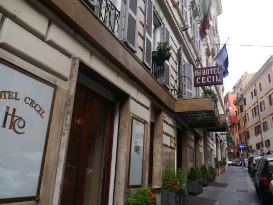 Hotel Cecil: 大通りに面していて夜も安全。うるさくもないので立地条件はかなり良い。