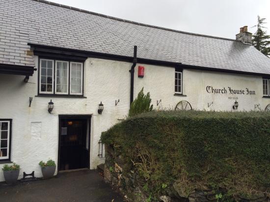 Rattery, UK: Shy pub hidden behind hedge