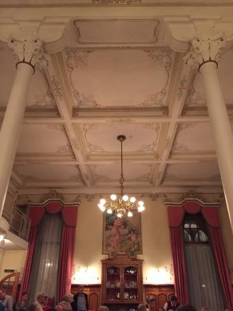 Sils im Engadin, Zwitserland: Ein wunderschöner Jugendstilsaal, wo Hotelkultur, Kulinarik und - zu gewissen Zeiten - Gesang un