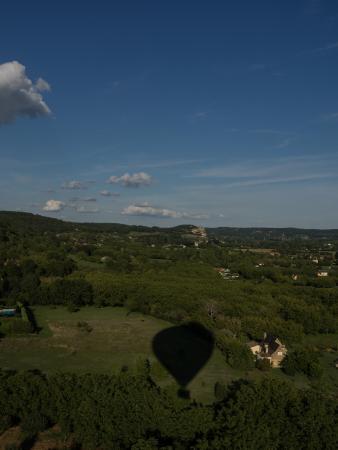 Saint-Cyprien, Frankrike: L'ombre de notre montgolfière peu de temps après le décollage.