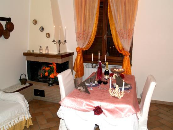 Civitella in Val di Chiana, อิตาลี: Fuga d' amore toscana, cena a lume di candela in suite con caminetto