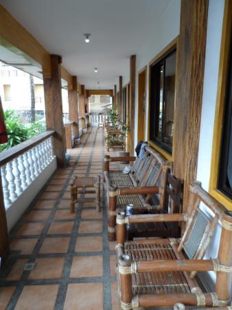 La Plage de Boracay Resort: Coursive à la devanture des chambres.