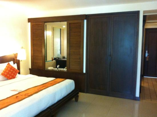 Patong Paragon Resort & Spa: loocking to the bathroom from the room