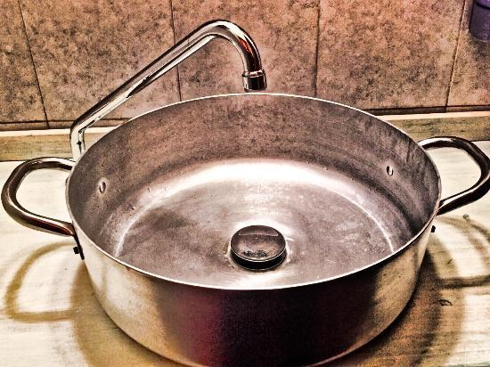 Artimino, Italie : Lavandino del bagno, originale, a parte questo posto intimo e carino, ottima cena il dolce mi ha