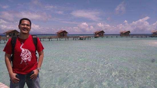 Gorontalo, Indonesia: Hamparan pasir dan laut yang bening dgn gradasi warna, tampak cottage yang siap menyambut Anda