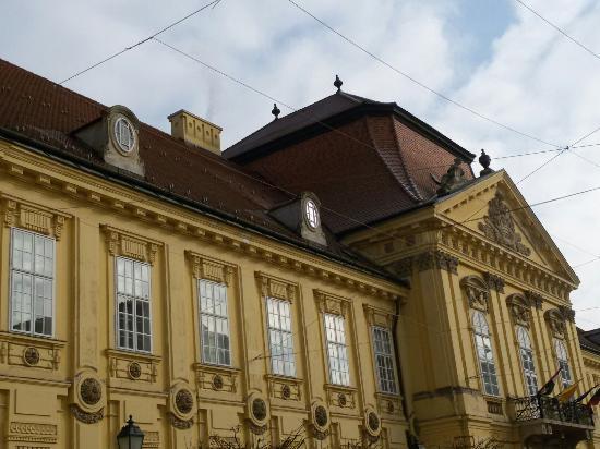 Szekesfehervar, Ungarn: Небольшой  городок  в Венгрии. Красивые старинные кварталы в центре. Карильоны с фигурками корол