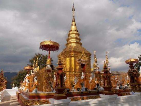 Mae Sai, Thailand: พระธาตุดอยเวา แม่สายเชียงรายก่อนข้ามไปพม่า มองเห็นทั้งไทยและพม่า