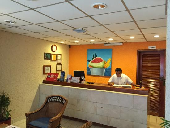 Suites Bahia: Front desk