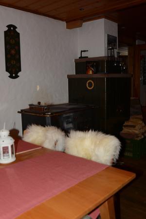 Kiental, İsviçre: Kachelofen und kuschelige Felle
