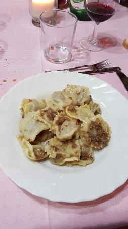 Montecalvo Versiggia, Italia: Risotto ai funghi, cinghiale e ravioli fatti in casa....squisiti e genuini...