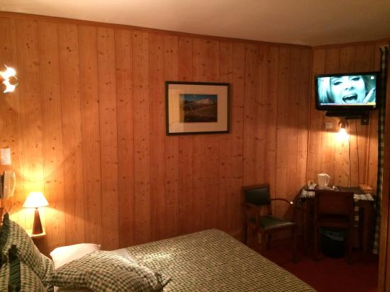Hotel Belvedere: chambre N°6 sombre...de mr Gnnul