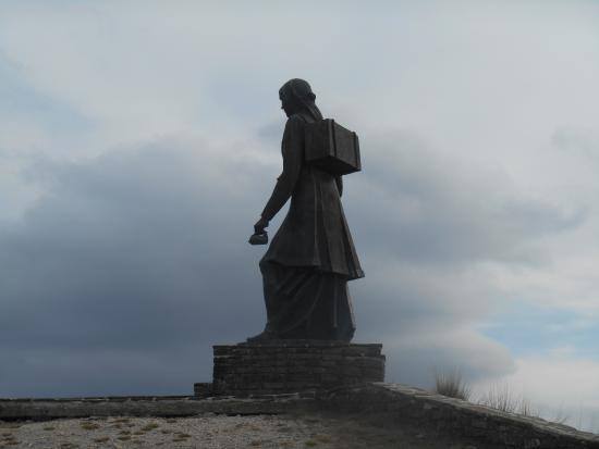 Ioannina Region, Hellas: ΗΠΕΙΡΩΤΙΣΣΑ ΓΥΝΑΙΚΑ.Το άγαλμα είναι στημένο στην αρχή του δρόμου για το Μονόδενδρι στα Ζαγοροχώρ