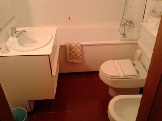 Bagno con lavabo crinato e rubinetti malfunzionanti   picture of ...