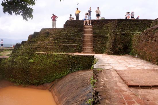 Citadel of Sigiriya - Lion Rock: бассейны для омовения (но не теперь - вода грязная)