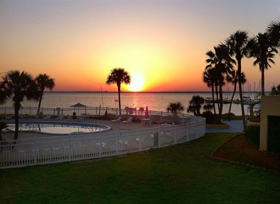 Gulf Breeze, FL: The sunsets are delightful and the rooms are newly refurbished