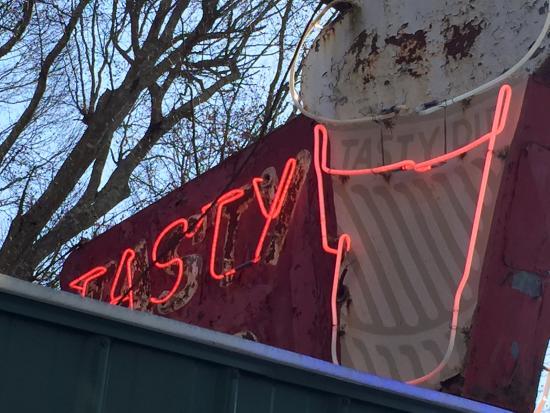 เฮฟลิน, อลาบาม่า: Original? neon at the Tasty Dip in Heflin, AL