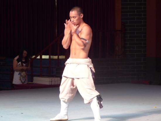 Dengfeng, จีน: exhibición kung-fu 11