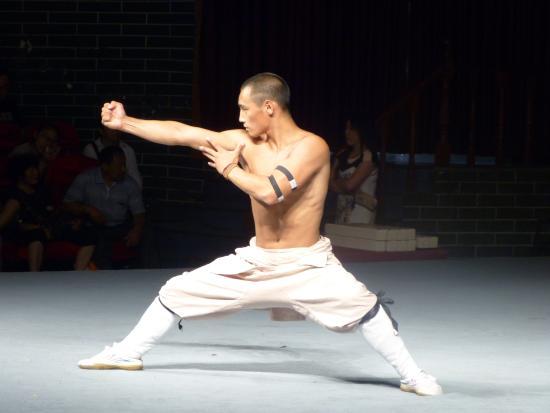 Dengfeng, จีน: exhibición kung-fu 12