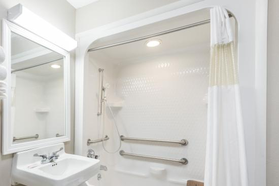 Baymont by Wyndham Cambridge : Double Accessible Bathroom
