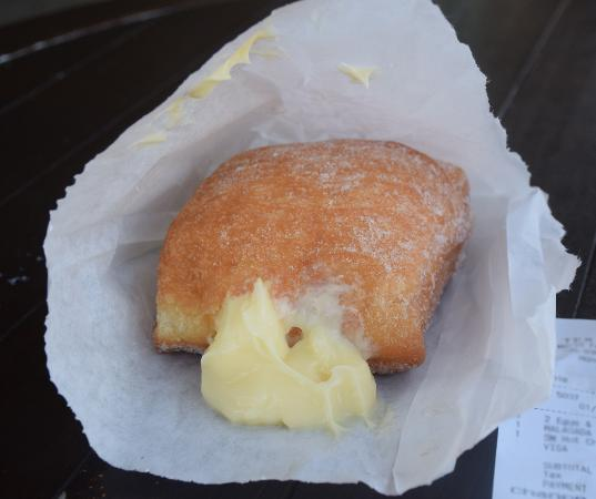 Honokaa, Havaí: Hot Malasadas! This one with Bavarian creme.