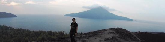 Krakatau Volcano (Krakatoa): Anak Krakatau, terlihat sekeliling lautan dari puncaknya