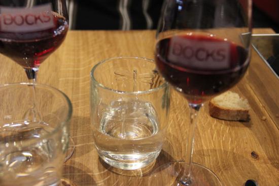 Arbois, Frankrike: Libellules et abeilles pour les verres à eau