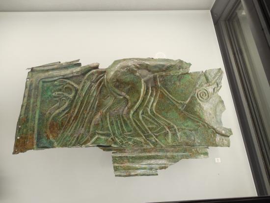 National Archaeological Museum: parte bronzea di probabile rivestimento carro etrusco 520 a. C. - 1