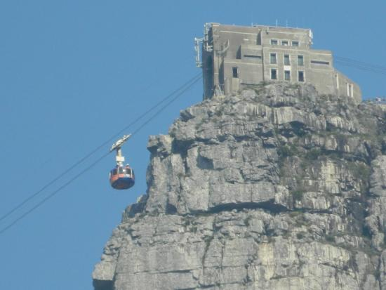 Camps Bay, África do Sul: This is a zoomed photo from the pool to prove that you can see the top of Table Mountain