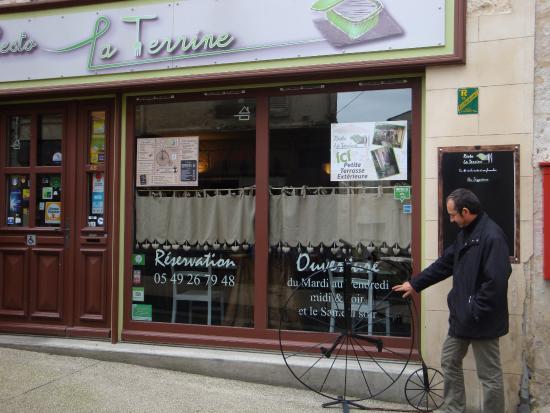 Niort, France : Ne pas se fier à la sobriété de la devanture: le bouheur est à l'intérieur