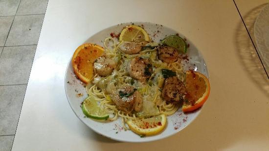 Bolquere, France: Assiette de jambon de serrano Pâtes au noix de saint jacques et sa fondue de poireaux
