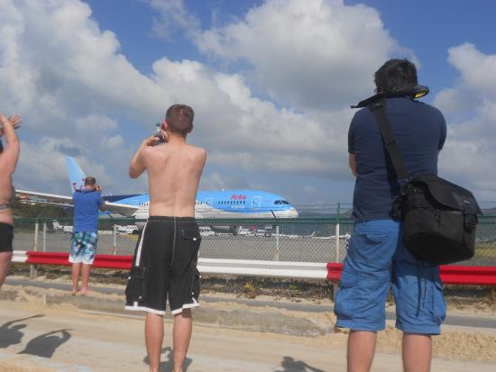 Sint Maarten, Saint-Martin : Dreamliner getting ready to take off at Maho beach
