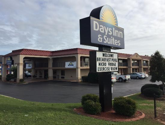 Days Inn & Suites Warner Robins Near Robins AFB: Front View of Hotel