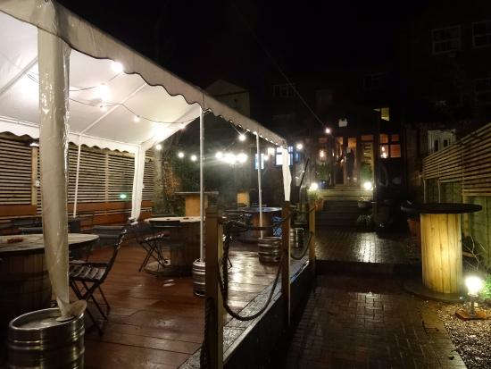 Congleton, UK: Outdoor seating at rear of premises