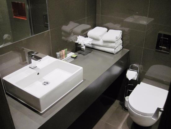 Dunton Green, UK: Nice clean bathrooms at Donnington Manor (Room 217) (03/Feb/16).