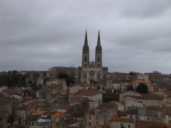 Niort, France : Vue imprenable sur la vieille ville et l'église Saint André