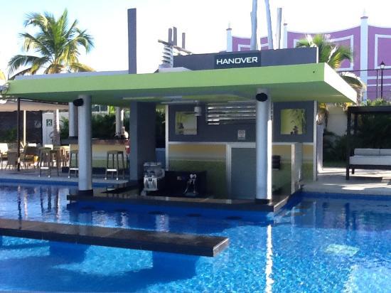 swim up bar at the activity pool picture of hotel riu palace jamaica montego bay tripadvisor