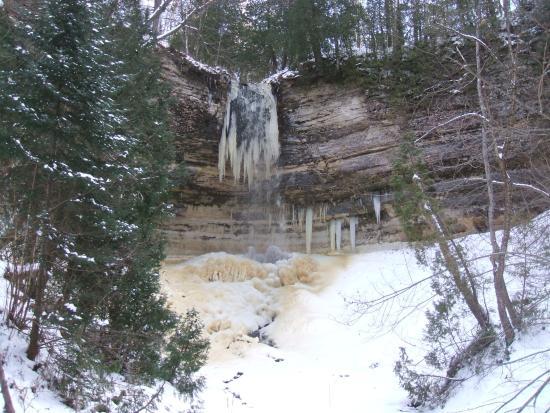 Christmas, MI: Rapidly freezing Munising Falls
