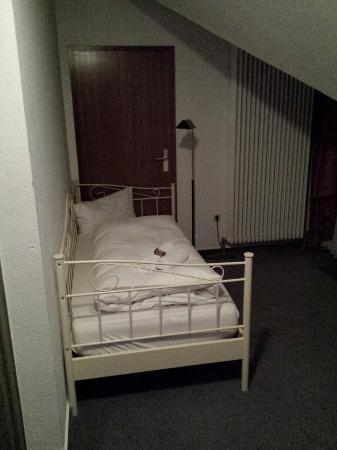 Giessen, Alemania: Schönes Zimmer für bis zu drei Personen mit kleiner Küchenzeile und Sitzgruppe unterm Dach. Klas
