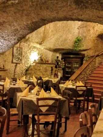 Pizzeria trattoria Il Noce: The large dining room is carved out of the tufo rock